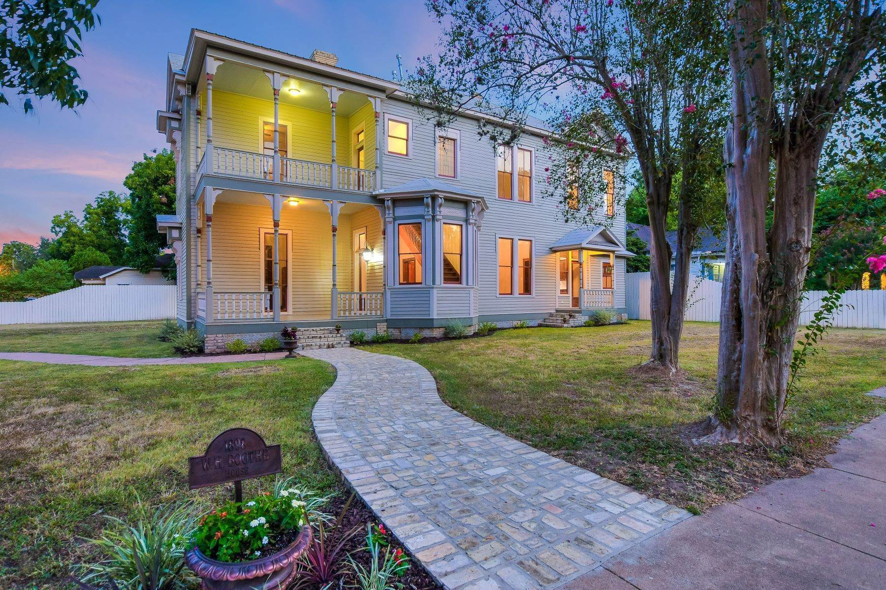 Single Family Homes por un Venta en Historic Victorian in the Heart of Gonzales 722 Saint Francis Street Gonzales, Texas 78629 Estados Unidos
