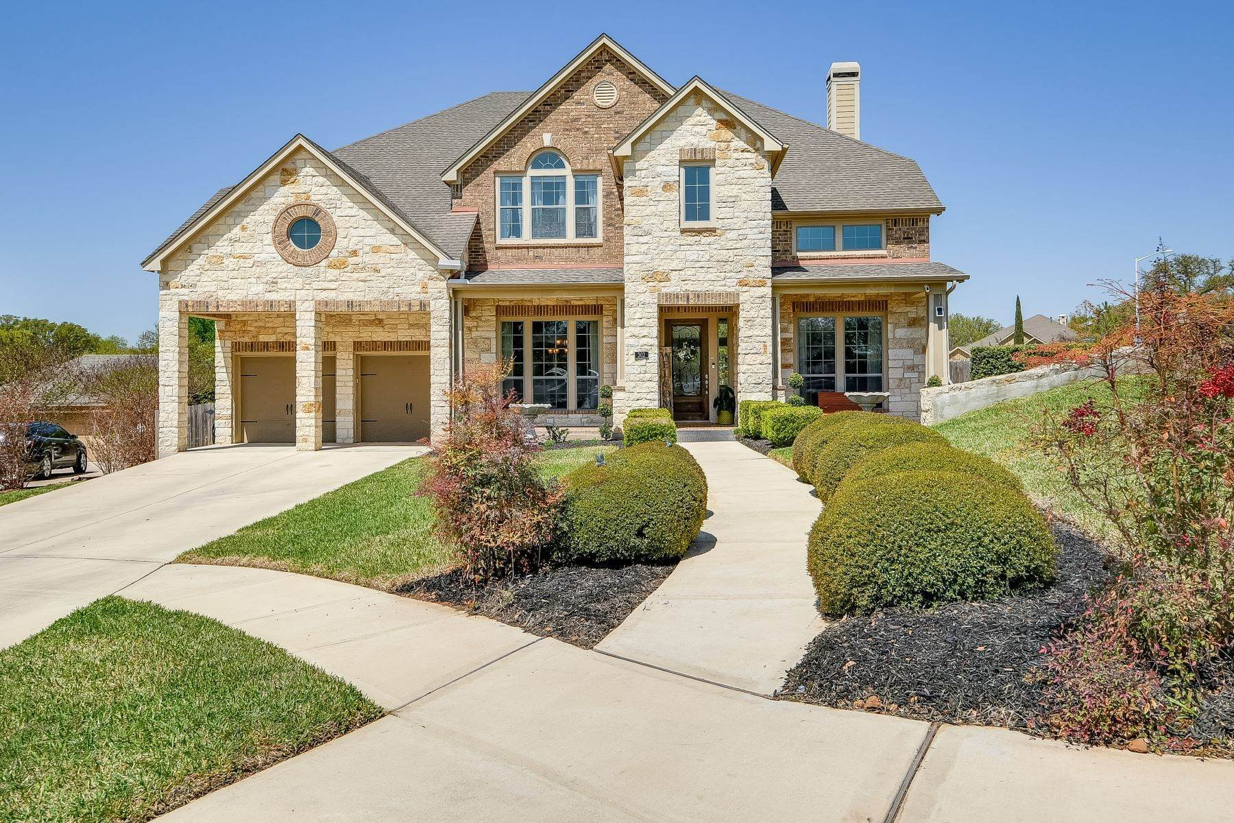 Single Family Homes for Sale at Beautiful Corner Lot in Oak Run 302 Oak Cove New Braunfels, Texas 78132 United States