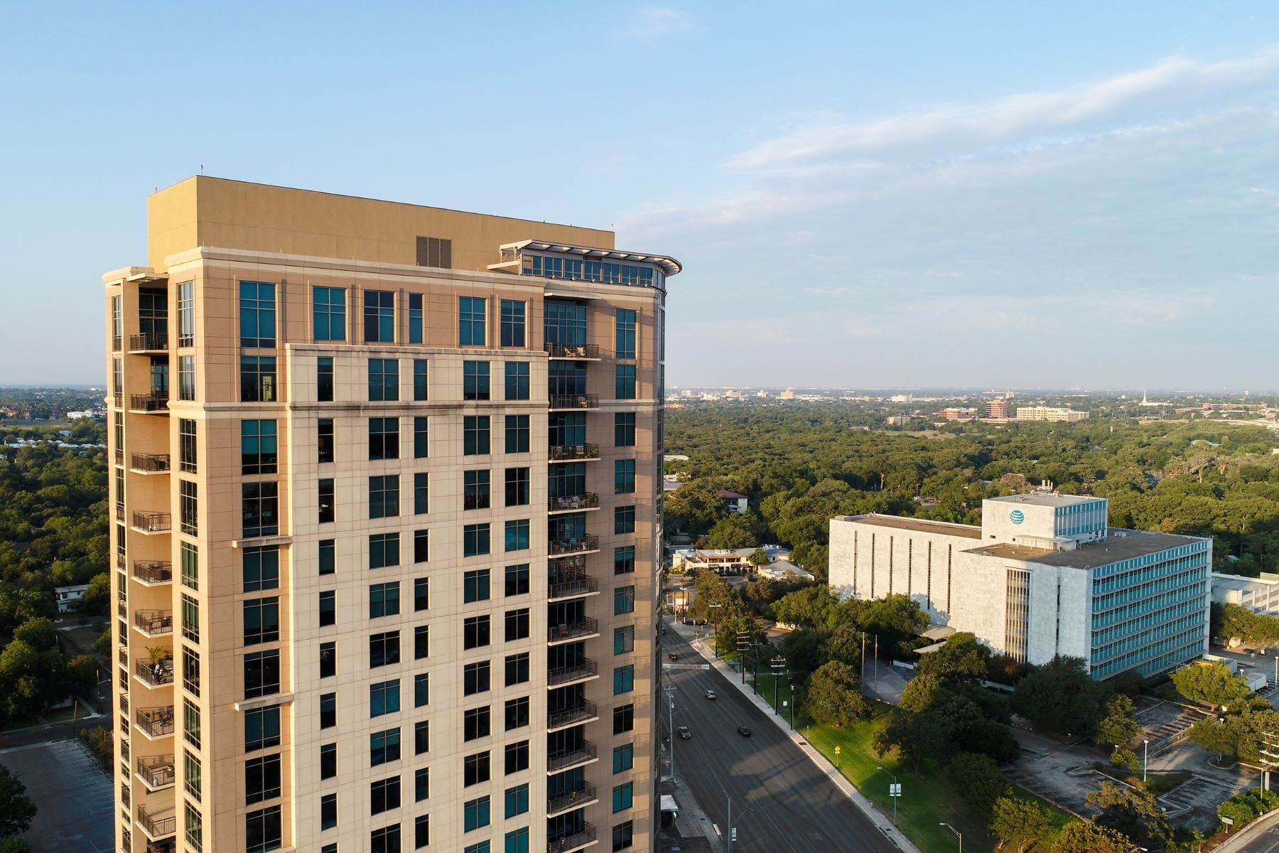 Condominiums por un Venta en Luxury High-rise Living 4242 Broadway, # 1502 & 1503 San Antonio, Texas 78209 Estados Unidos